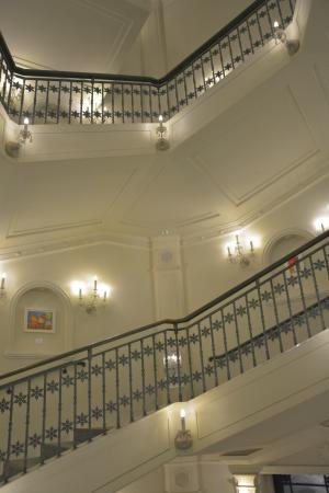 雪の美術館の螺旋階段下から