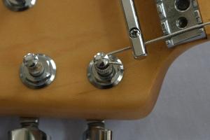 弦の余った部分をカット